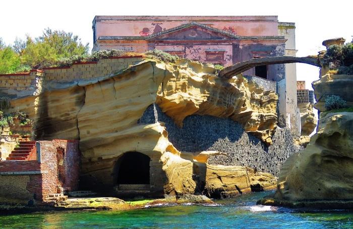 То, что когда-то было богатой виллой, теперь находится в запустении. /Фото:Gianfranco Vitolo, wikipedia.org