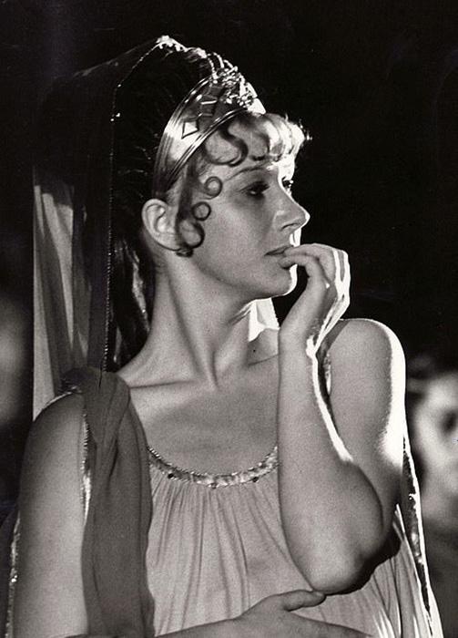 Актриса Хелен Миррен в экранном образе Цезонии/ Фото: кадр из фильма про Калигулу