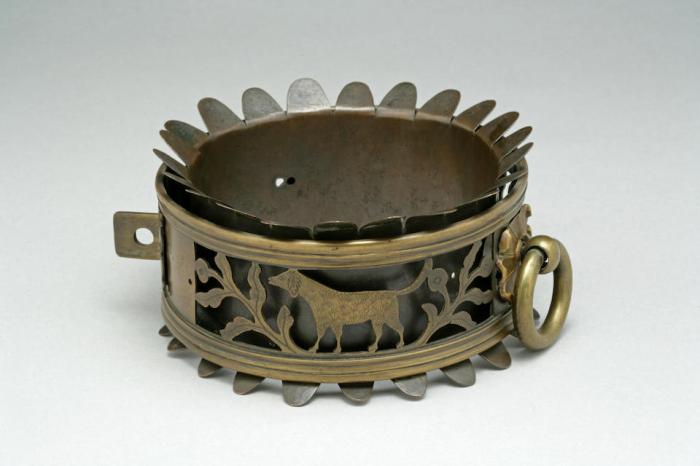 Викторианский латунный ошейник, датированный 1844 годом. /Фото:bonhams.com