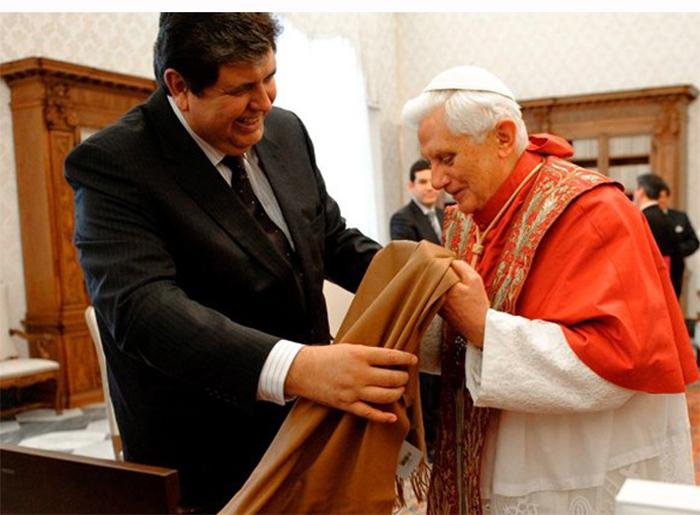 Президент Перу Алан Гарсия вручает такую накидку Папе Римскому. /Фото:nefakt.info