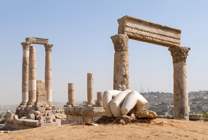 Есть предположение, что скульптура разбилась в результате мощнейшего землетрясения. /Фото: scottdunn.com