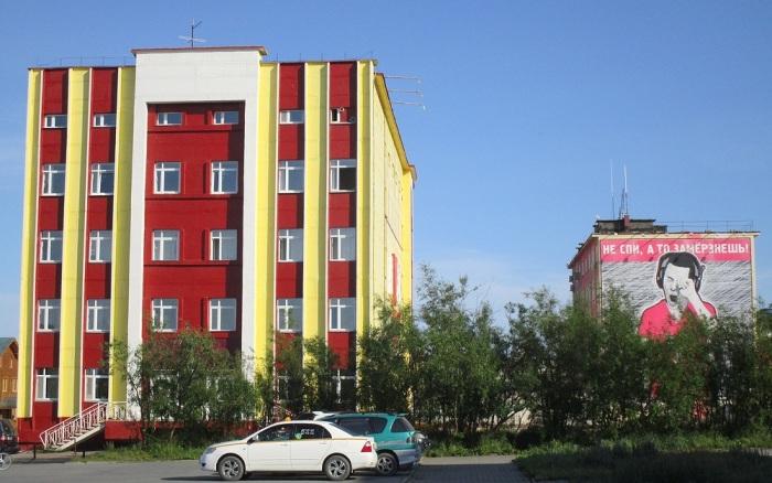 Дома здесь не только раскрашивают, но и разрисовывают. /Фото:zhzhitel.livejournal.com