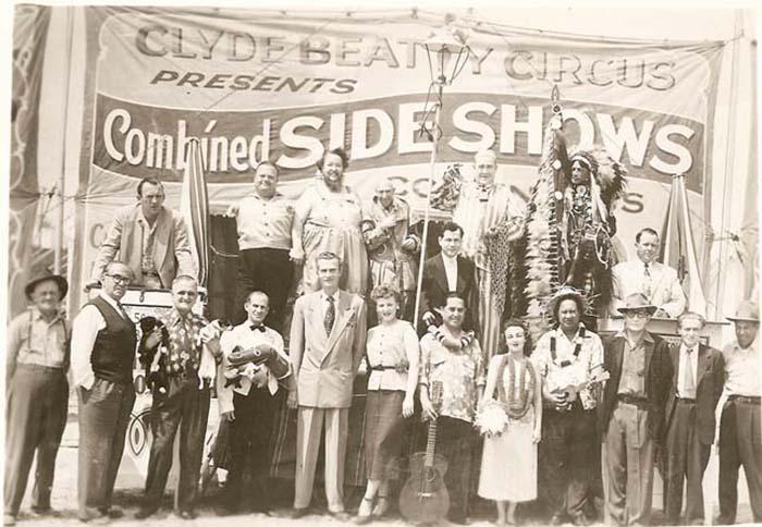 Общее фото цирковой труппы. Мартин Лоурелло - третий слева, с животными. /Фото:erdekesvilag.hu