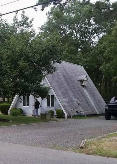Дома нет. Только крыша.
