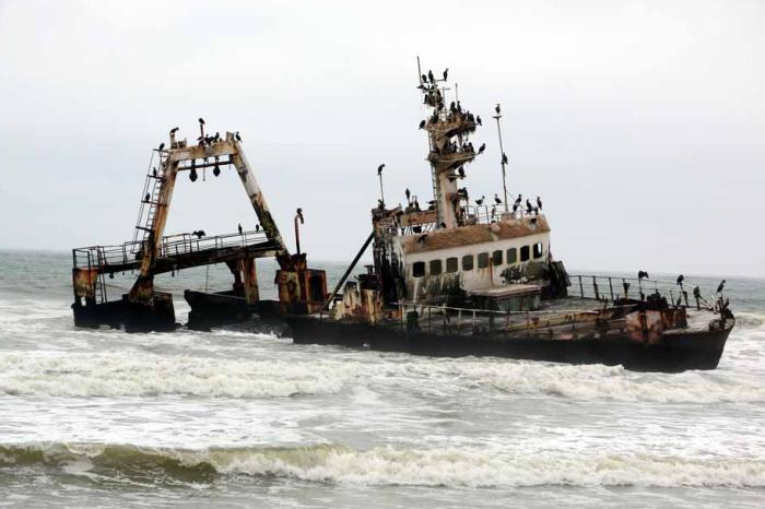 Постепенно затонувшие корабли становятся частью пустыни. /Фото:stingynomads.com