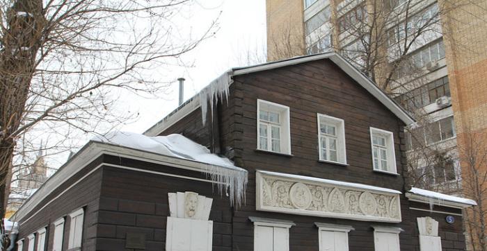 Дом с мезонином и гипсовым декором. /Фото:sergeybond.livejournal.com