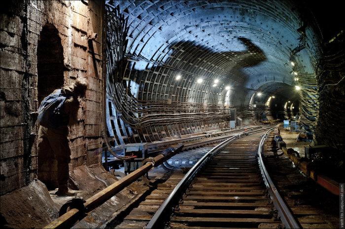 Черный человек может напугать даже метростроевцев и диггеров. Если в него верить. /Фото:anomalinews.ru