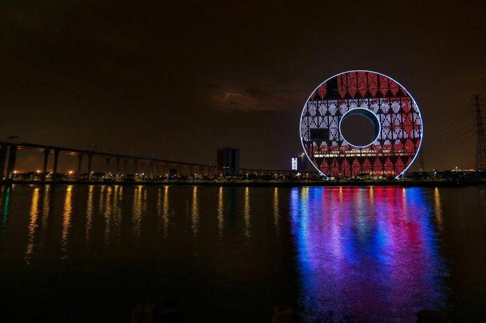 Так небоскреб выглядит в вечернее время. /Фото:masterok.livejournal.com