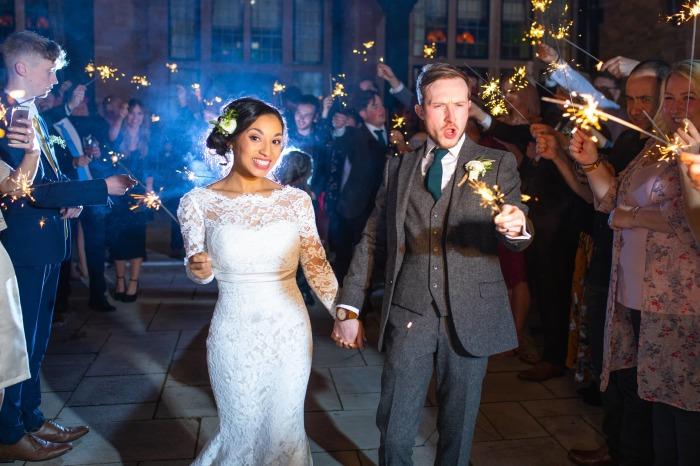 А вот так выглядит снятая Крисом аналогичная свадебная вечеринка, но с реальными людьми.