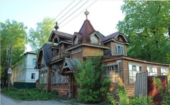 Деревянный дом в псевдорусском стиле. /Фото:autotravel-nn.ru