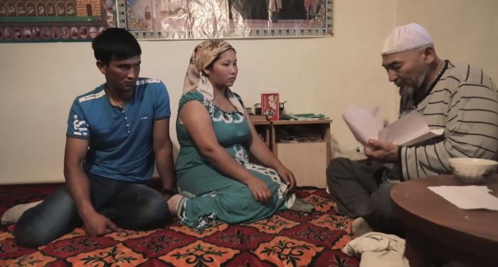 Молодая жена никак не может выносить ребенка, каждый раз беременность прерывается. Супруги пришли к шаману в надежде, что он им поможет. /Кадр из программы телеканала «Моя планета»