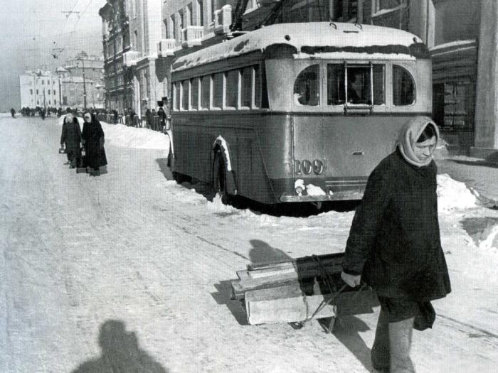 Троллейбус в блокаду. /Фото:getmuseum.ru