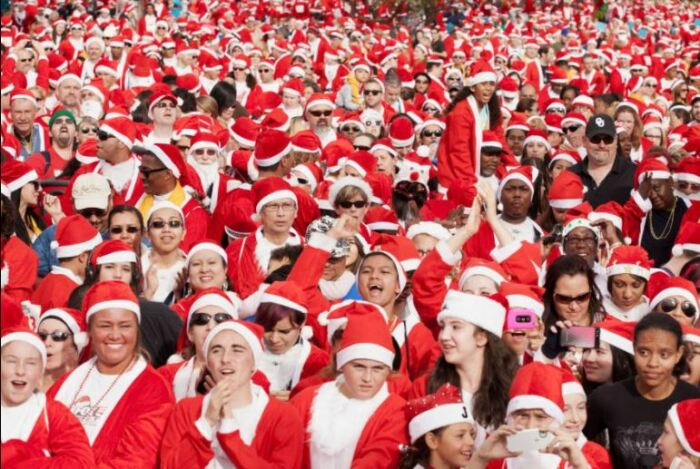 Забег Санта Клаусов в Лас-Вегасе организован в благой целью, но выглядит очень смешно.