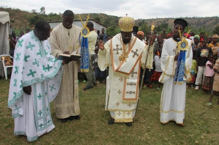 Священнослужители во время обряда крещения./Фото:fdathanasiou.wordpress.com