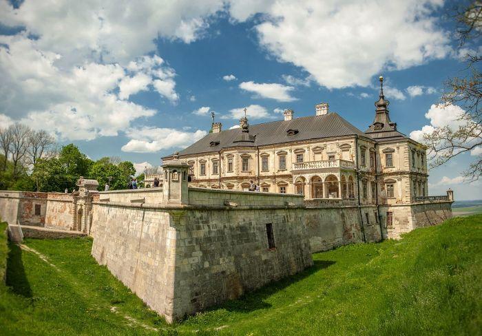 C древним замком и особенно - с его подвалами связано несколько легенд об алхимии. /Фото:Zysko Serhii, wikipedia.org