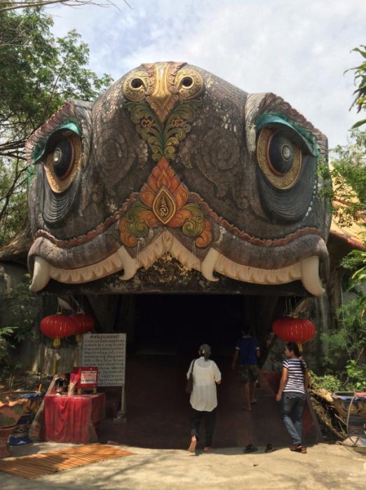 В пасть этой большой черепахи, разместившейся возле храма, можно зайти.
