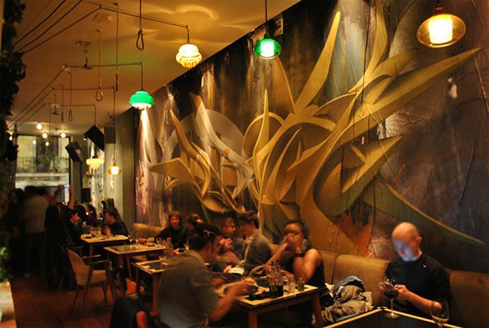 Оформление стены в кафе.
