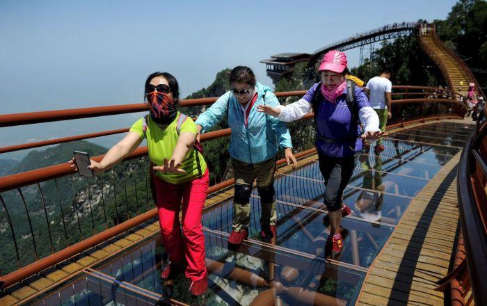 На одной из самых жутких смотровых площадок в Китае. /Фото:creeker.ru
