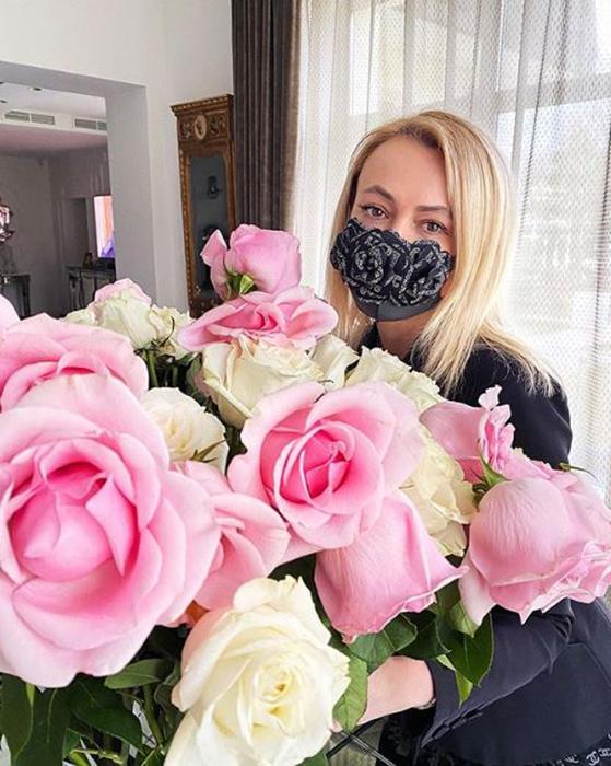 Яна Рудковская демонстрирует одну из своих масок в Instagram.