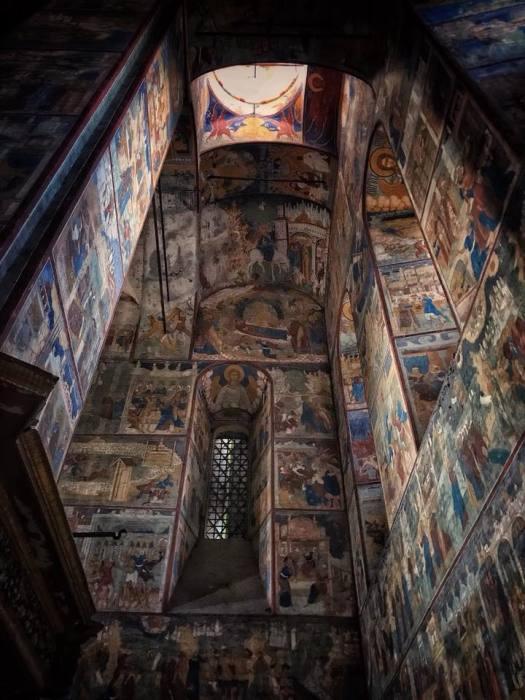 Внутренние стены храма в начале прошлого века реставрировались.