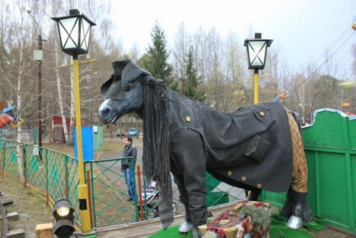 Это лишь один из бесчисленного количества Коней в пальто, появившихся в разных городах нашей страны. /Фото:.livejournal.com
