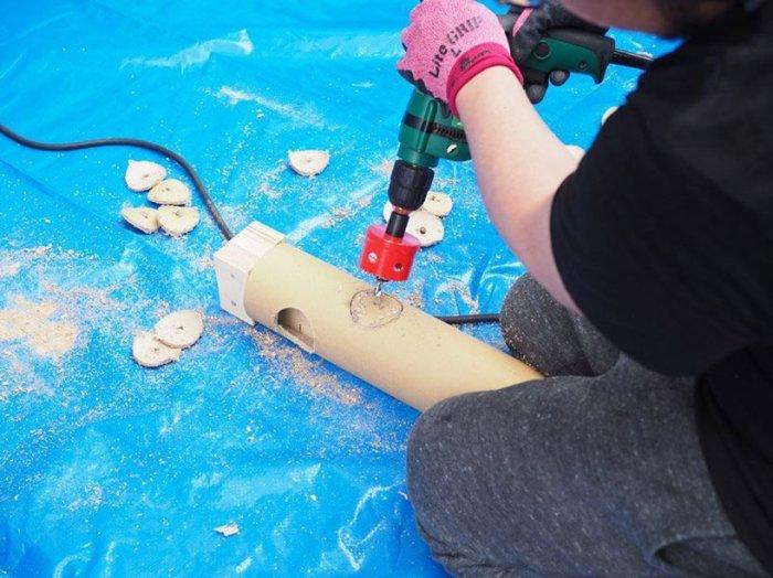 Подготовка к возведению «ячеек» площадью 4 квадратных метра для жертв недавнего наводнения в Японии. Изготовление столбиков. /Фото:allamericansthings.com
