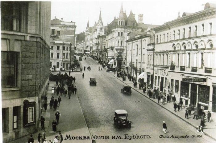 Подворье в первые годы революции. Здание можно узнать по башенкам. /Фото: pastvu.com, снимок Лоскутова