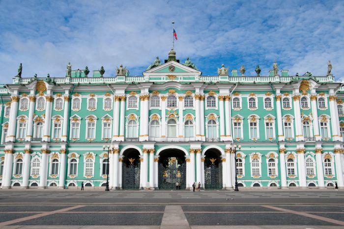 У Зимнего дворца действительно много общих черт с домом Апраксина. /Фото:personaltours.ru