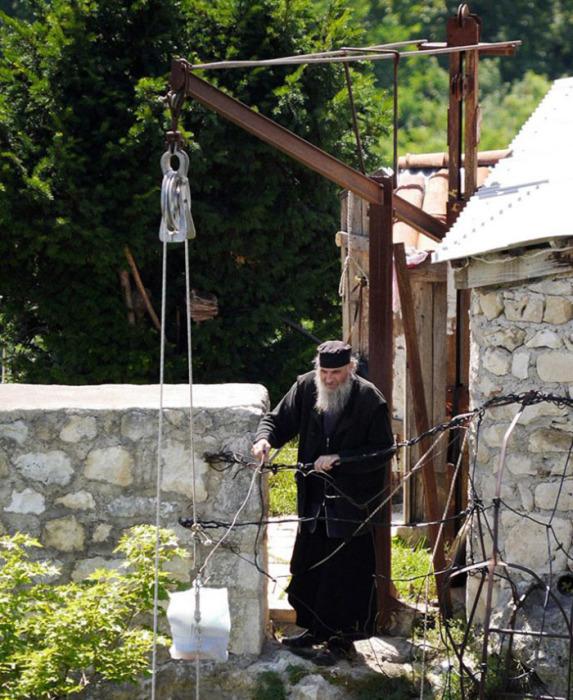 Все необходимое ему доставляют на скалу на лебедке. /Фото:bigpicture.ru