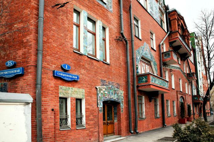 После войны квартиры расселили. Сейчас в доме расположено сразу несколько организаций. /Фото:kelohouse.ru