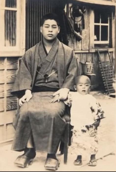 Маленький Дзиро с отцом. Ориентировочно 1927-1928 год.