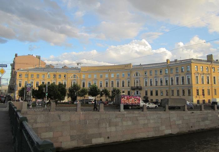 Полукруглое здание на Фонтанке, натолкнувшее владельцев на мысль выстроить дом-кольцо. /Фото:giper.livejournal.com