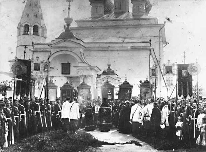 Крестный ход на территории храмового комплекса. Дореволюционное фото.