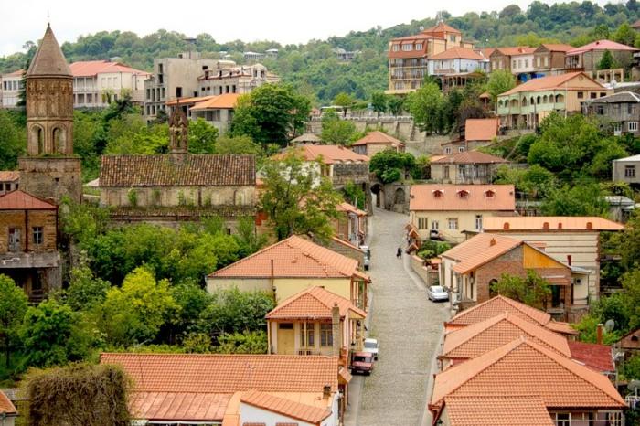 Домики в стиле южных европейских городов и тихие улочки, по которым очень приятно гулять. /Фото:gruziyagid.ru