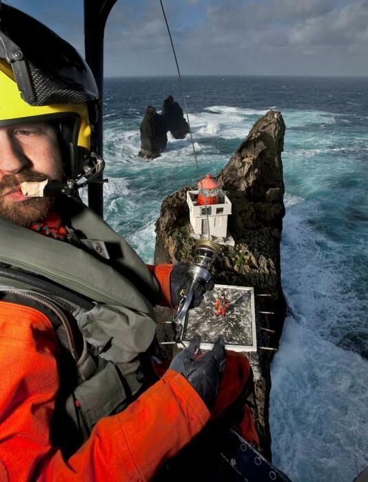 У смельчаков на фоне маяка подучаются эффектные селфи. /Фото:Arni Sаberg