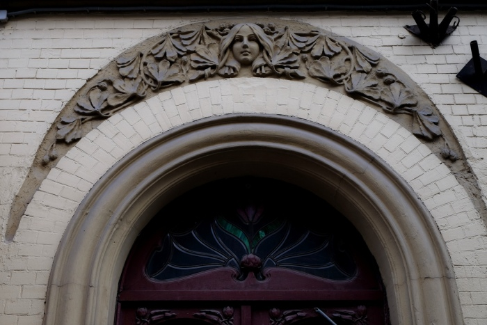 Верхняя часть входа в парадную с маскароном. /Фото:группа «Градозащитный Петербург», vk.com