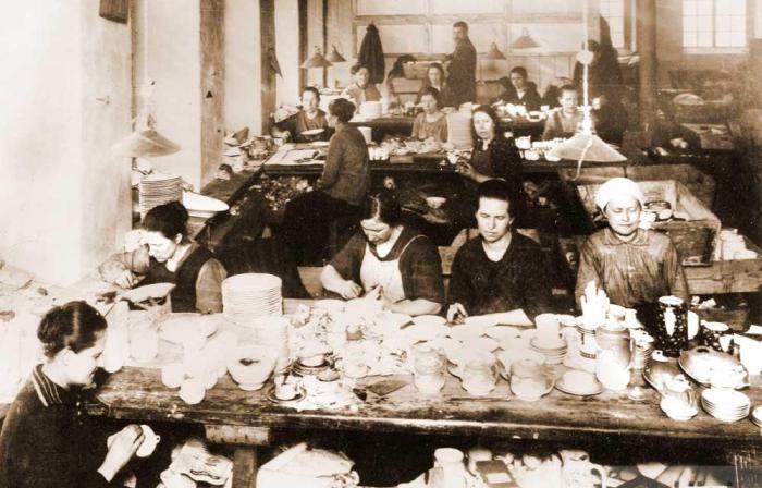 Работницы живописного цеха Дулевской фабрики в начале прошлого века. /Фото:museum-lesnoy.ru.