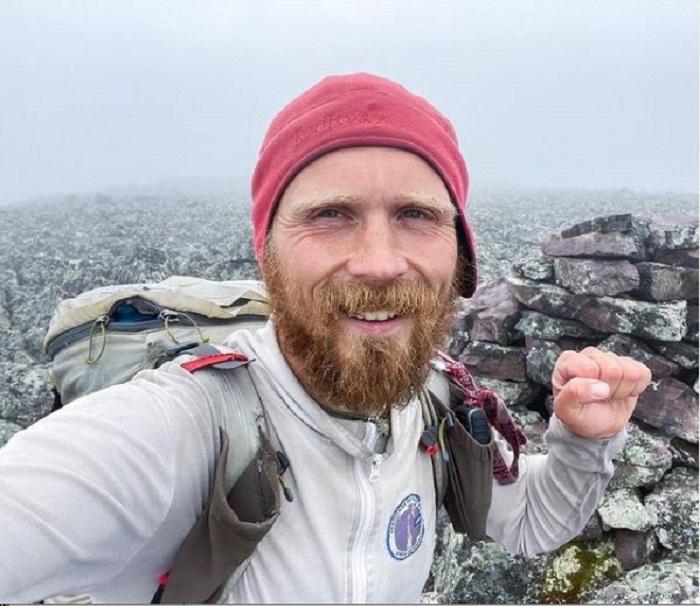 Олег Чегодаев на вершине уральской горы в конце путешествия. /Фото: страница Олега в Instagram