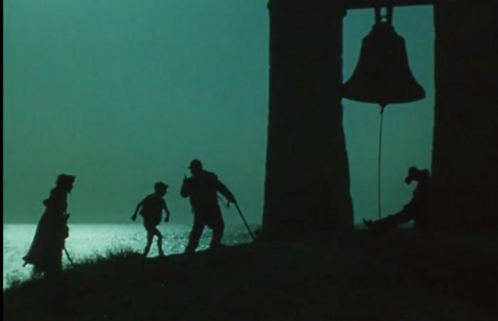 Силуэты героев сказки на фоне колокола. /Кадры из фильма