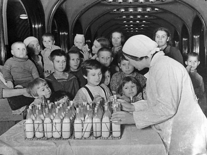 Раздача молочных продуктов на станции
