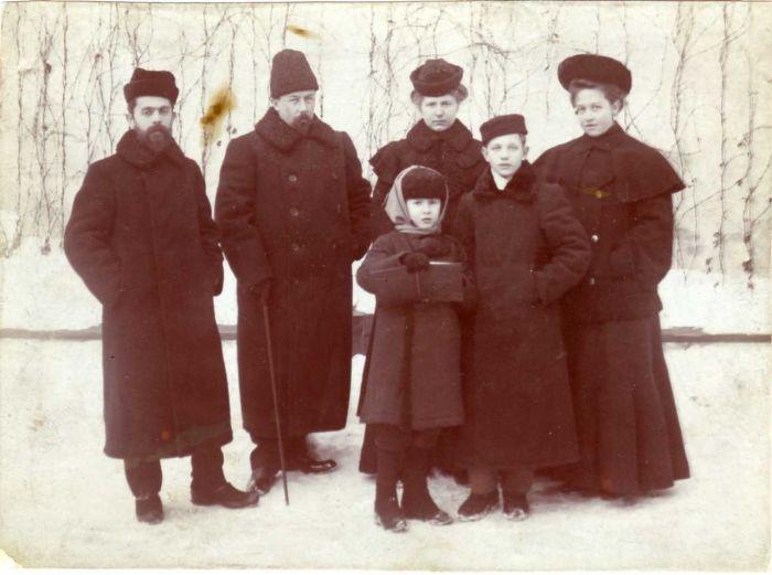 Юный Константин (второй справа) с семьей Чаплина - своими благодетелями. /Фото:wikipedia.org