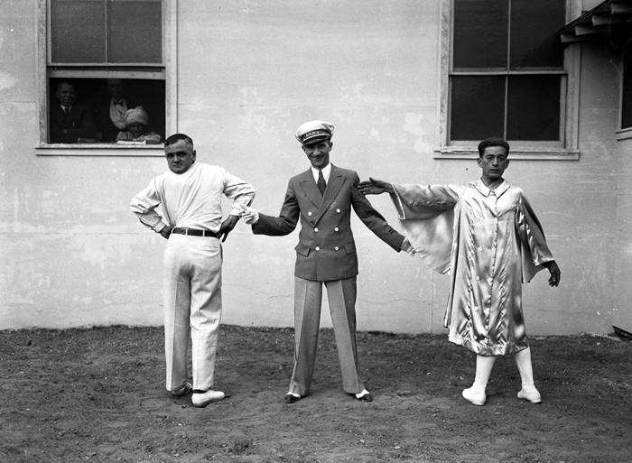 Ведущий Эдди Ловетт демонстрирует зрителям Мартина Лаурелло (слева) и человека с феноменально гибким телом, Деметрио Ортиса по прозвищу Человек-твистер.  Июль, 1934 г. /Фото: Chicago Tribune