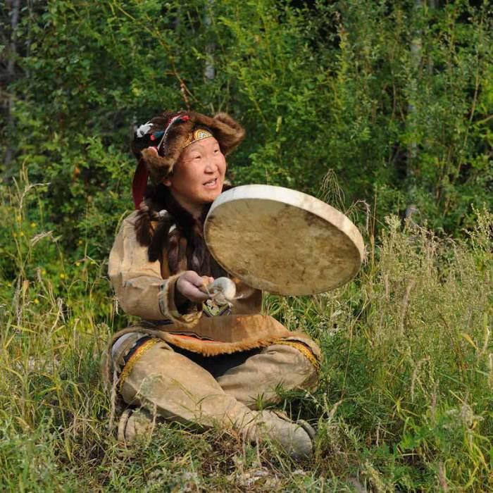 Современный носитель эвенской культуры в летней одежде/Фото:https://республика-саха-якутия.рф