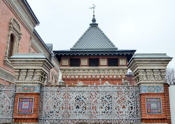 Дом Игумнова напоминает древнерусские палаты. /Фото:moscowalk.ru