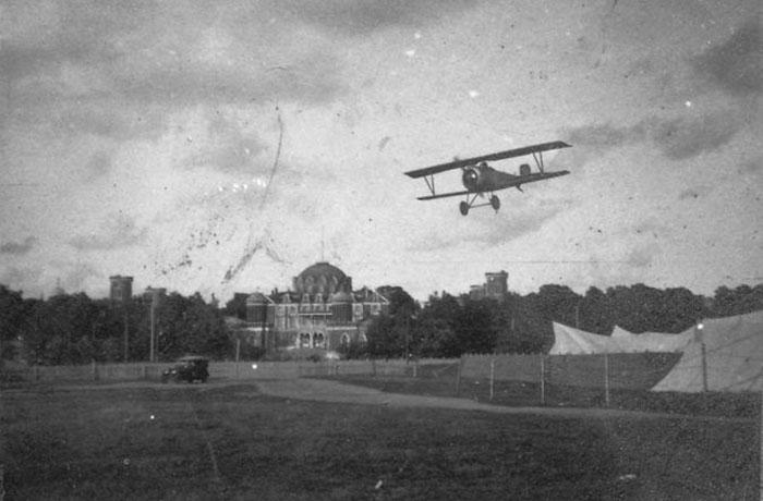 Аэроплан заходит на посадку на Ходынском поле. 1918 год. /Фото:pastvu.com