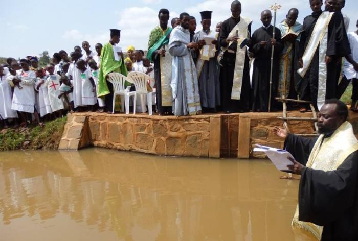 Хуту готовятся принять крещение в местном водоеме./Фото:fdathanasiou.wordpress.co