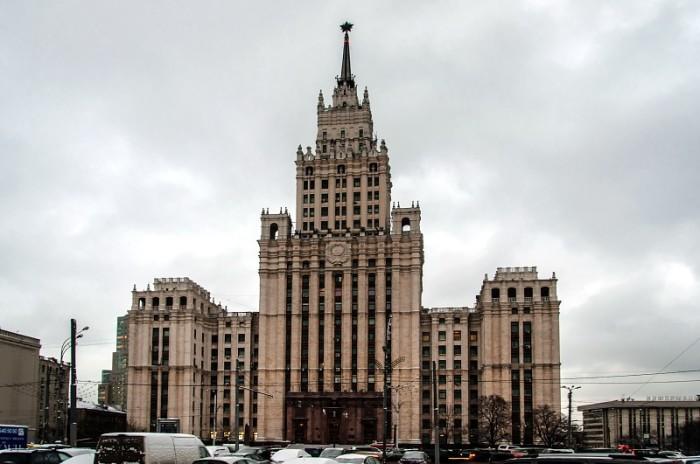 У этой сталинской высотки есть свои легенды. /Фото:mirtesen.ru