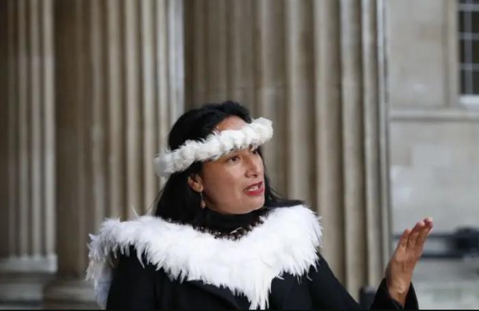 Губернатор острова на пресс-конференции возле Британского музея. /Фото:inews.co.uk, Adrian Dennis