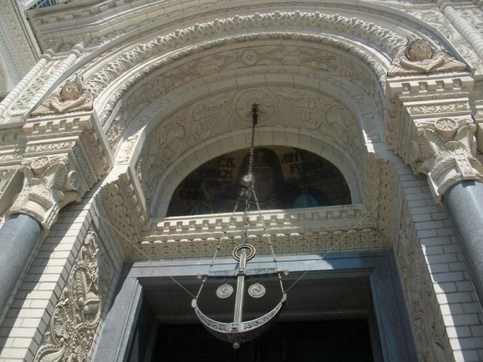 У храма много интересных деталей. Например, светильник в виде якоря/Фото: arch-heritage.livejournal.com