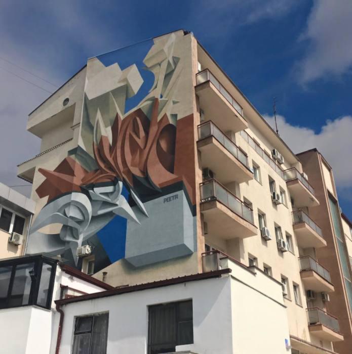 Абстрактный рисунок на здании: плоский или объёмный?